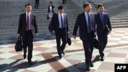 中國貿易代表團成員在談判兩天後離開美國財政部大樓。(2018年8月23日)