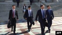 中国官员2018年8月23日在华盛顿离开与美国举行贸易会谈的会场