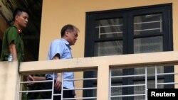 Tư liệu: Cựu chủ tịch Ngân hàng Xây dựng Phạm Công Danh được cảnh sát hộ tống khi rời tòa án sau hôm 29/11/2017. Tại phiên tòa xét xử hôm 6/8/2018, ông Danh bị kết án 20 năm tù giam, tổng hợp với bản án cũ là 30 năm tù.