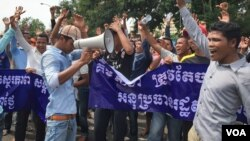 Protestors shout as they gathered in front of Cambodia's National Assembly to protest against Kem Sokha, Vice President of National Assembly and CNRP, demanding him to resignation. (Neou Vannarin/VOA Khmer)