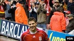 Kapten Liverpool Steven Gerrard harus absen empat minggu karena cedera hamstring setelah membela Inggris dalam partai persahabatan melawan Perancis hari Rabu.