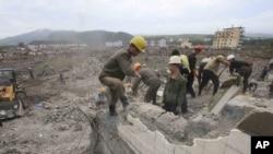 지난 9월 홍수 피해를 입은 북한 함경북도 온성에서 노동자들이 무너진 건물 복구 작업을 벌이고 있다.