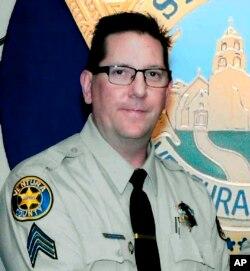 En esta foto no fechada provista por el Departamento del Alguacil del Condado Ventura, California, se ve al sargento Ron Helus, quien murió el 7 de noviembre de 2018, al ser disparado por un atacante en un bar en Thousand Oaks, California.