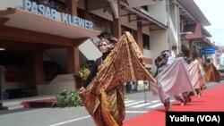 Fashion show batik para pedagang pasar Klewer, Solo, 2 Oktober 2017 (Foto: VOA/Yudha)