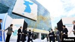 南北韓雙方參加開城韓朝聯絡處揭幕儀式。
