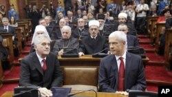 بوریس تادیچ رئیس جمهوری سابق (راست) در کنار تامیسلاو نیکولیچ رئیس جمهوری جدید صربستان