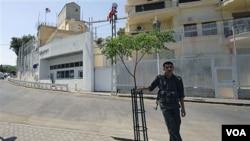 Seorang petugas keamanan berjaga di depan kedutaan Amerika di Damaskus, Suriah (Foto: dok).
