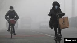 人们在烟雾中骑自行车(2017年2月14日)