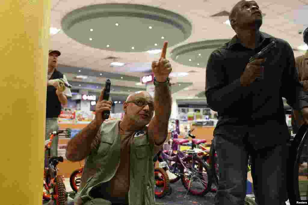 2013年9月21日,在内罗毕遭到袭击的韦斯特盖特购物中心,安全人员清除安全障碍。