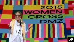 Američka aktivistkinja Glorija Stajnam danas u pograničnom selu Panmundžom u Južnoj Koreji