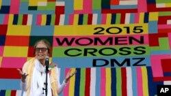 Nhà tranh đấu người Mỹ Gloria Steinem phát biểu gần làng biên giới Panmunjom ở Paju, Hàn Quốc, ngày 24/5/2015.