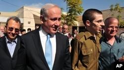 سپاہی گیلاد شالت اسرائیلی وزیراعظم کے ہمراہ