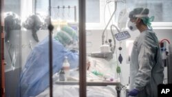 Medical personnel at work in the intensive care unit of the hospital of Brescia, Italy, Thursday, March 19, 2020. Italy has become the country with the most coronavirus-related deaths, surpassing China by registering 3,405 dead. (Claudio Furlan/LaPresse via AP)