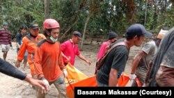Tim SAR gabungan saat mengevakuasi jenazah warga yang tertimbun lumpur dalam peristiwa banjir bandang di Luwu utara, Sulawesi Selatan, Rabu, 15 Juli 2020. (Foto: Basarnas Makassar)