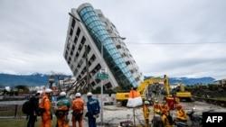 台灣東部6日發生強烈地震,造成至少10人死亡和數百人受傷,建築物倒塌傾斜。
