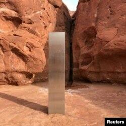 پراسرار تکونی مینار کو پہلی بار نومبر میں ریاست یوٹاہ کے سرخ چٹانی صحرا میں دیکھا گیا۔