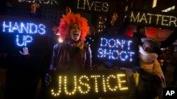 Nuevas protestas ocurrieron en una gasolinera en Berkeley, Missouri, luego de la muerte de un hombre de raza negra, a manos de un policía blanco.