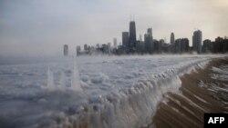 지난달 6일 미국 일리노이주에서 얼어붙은 미시건 호수 너머로 시카고시가 보인다.