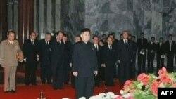 Ким Чен Ын (в центре) на церемонии прощания с Ким Чен Иром