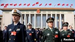 中國全國人大會年會開幕前參加會前會議的軍隊代表離開北京人大會堂。(2019年3月4日)