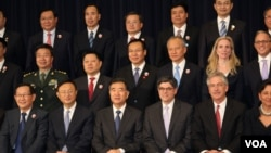 """參加華盛頓舉行的""""美中安全與經濟對話""""會談的部份人員。前排中間四人為(左起)楊潔篪、汪洋、傑克‧盧、伯恩斯(美國之音林楓拍攝)"""