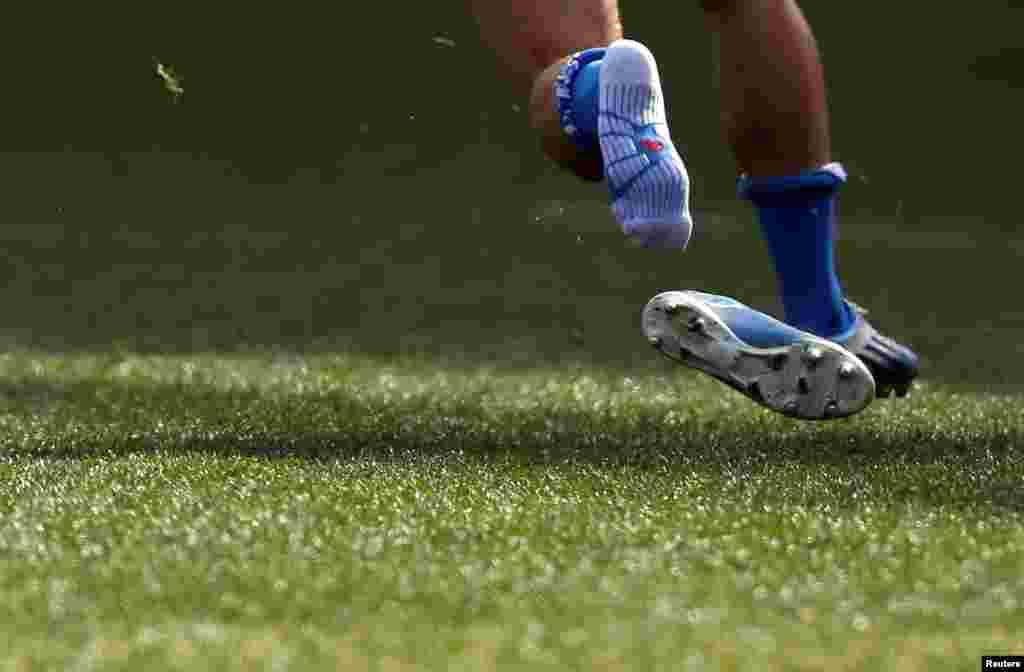 Cầu thủ Michele Campagnaro của Italia rơi giày trong trận đấu rugby với đội Anh trong giải Sáu Quốc gia tại Sân vận động Thế vận hội ở Roma.