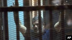 Bivši egipatski predsednik Mohamed Morsi sluša presudu, 16. maj 2015.