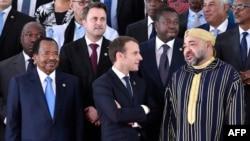 Le président togolais Faure Gnassingbé, le président français Emmanuel Macron et le roi Mohammed VI du Maroc lors du 5ème sommet Union africaine - Union européenne à Abidjan, le 29 novembre 2017.