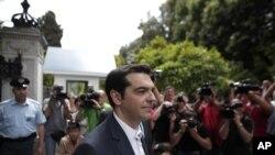 Alexis Tsipras, Ketua koalisi partai-partai radikal kiri Yunani 'Syriza', keluar dari istana Presiden usai pertemuan dengan Presiden Karolos Papoulias (8/5).
