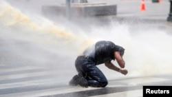 앙카라에서 시위대가 경찰의 물대포를 맞고 있다