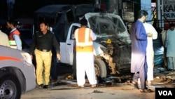 پولیس حکام بم دھماکے کے مقام پر شواہد ڈھونڈ رہے ہیں۔ 30 جولائی 2019۔