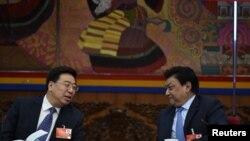 中共西藏区委书记吴英杰(左)在2016年的两会上