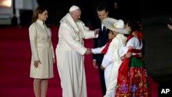 Tổng thống Mexico Enrique Pena Nieto cùng đệ nhất phu nhân Angelica Rivera nghênh đón Đức Giáo Hoàng tại Sân bay Quốc tế Benito Juarez ở Mexico City, 12/2/2016.