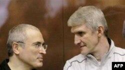 Слева направо: Михаил Ходорковский и Платон Лебедев.