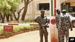 Binh sĩ Mali đứng gác tại trụ sở chính ở Kati, bên ngoài thủ đô Bamako, Mali, 1/4/2012