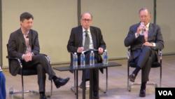 马修斯亚洲的投资策略师安迪·罗斯曼、耶鲁大学管理学院资深讲师、前摩根斯坦利亚洲部主席斯蒂芬·罗奇、Evercore ISI资深董事经理、中国研究团队负责人唐纳德·斯塔兹海姆在SupChina举办的中国宏观经济讨论会上(美国之音久岛拍摄)