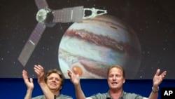 Juno uydusunun Jüpiter'in çekim alanına girmesini sevinçle karşılayan NASA uzmanları.