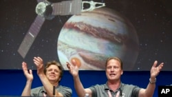 Cientistas da NASA, Scott Bolton e Rick Nybakken congratulam-se com êxito da sonda Juno.