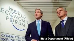 美国国务卿克里(左)与瑞士外长布尔克哈尔特在达沃斯论坛握手,感谢瑞士在争取伊朗释放被关押美国人的努力中支持美国 (2016年1月21日)