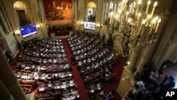 30일 콜롬비아 하원이 정부와 '콜롬비아 무장혁명군(FARC)'이 공동 서명해 제출한 평화협정안 표결을 위한 토론을 진행하고 있다.
