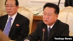 북한이 지난 7일 사망한 리을설 북한 인민군 원수의 국가장의위원회 위원들을 발표하면서 명단에 최룡해 노동당 비서를 빠트려 주목된다. 사진은 최룡해가 지난해 11월 20일 러시아를 방문해 러시아 외무장관과 회담하는 모습.