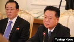 북한 빨치산 2세대의 대표주자인 최룡해 노동당 비서가 해임됐다. 사진은 최룡해가 지난해 11월 20일 러시아를 방문해 러시아 외무장관과 회담하는 모습. (자료사진)