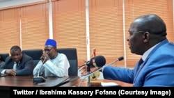 Le Premier ministre Ibrahima Kassory Fofana, à droite, discute avec des représentants des syndicats et du patronat à Conakry, Guinée, 18 juillet 2018. (Twitter/ Ibrahima Kassory Fofana)