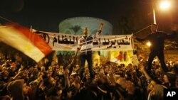 Manifestantes cantando slogans diante do Palácio Presidencial no Cairo ( 09 Dez)
