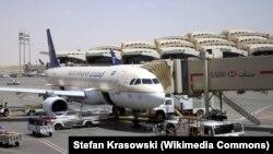 ເຮືອບິນ A320 ຂອງສາຍການບິນ ຊາອຸດີ ອາຣາເບຍຈອດຢູ່ ສະໜາມບິນກະສັດ ຄາລິດ, ນະຄອນຫຼວງ ຣີຢາດ, ປະເທດ ຊາອຸດີ ອາເຣເບຍ.