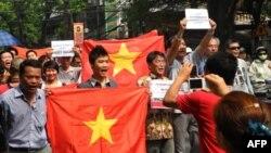 Người biểu tình hô khẩu hiệu phản đối Trung Quốc ở Hà Nội, Chủ Nhật, 17/7/2011