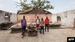 Des fidèles dans le bâtiment incendié de l'église catholique Saint-Pierre lors d'une attaque dans l'État de Benue, Nigeria, 10 mai 2016.