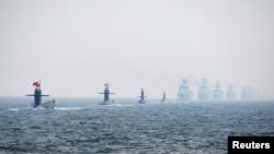 中国海军潜艇和舰艇编队2009年4月23日参加在山东青岛举行的庆祝中国海军建军60周年的纪念活动。