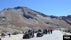 Tourists flock to the Rohtang Pass, India, Sept. 20, 2013. (Anjana Pasricha for VOA)