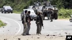 Pasukan keamanan Thailand memeriksa lokasi serangan bom di provinsi Yala, kawasan muslim di Thailand selatan (foto: dok).